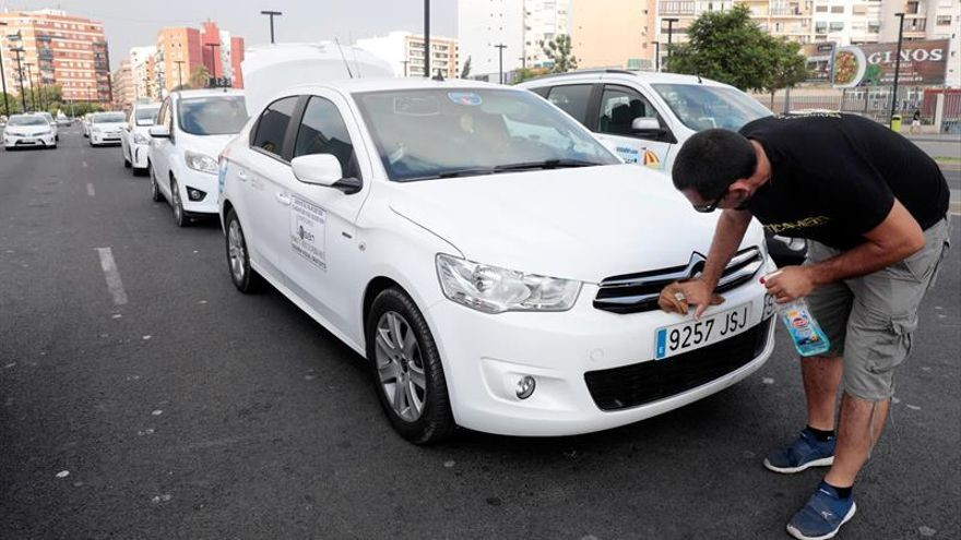 Unos 1.500 taxistas ocupan con sus vehículos el centro de Valencia