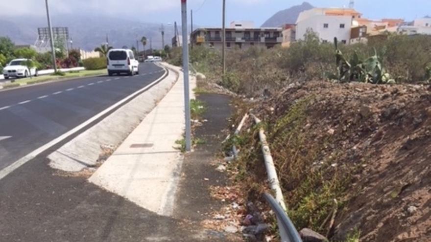 Suciedad en los márgenes de una vía titularidad del Cabildo, en el municipio de Arona