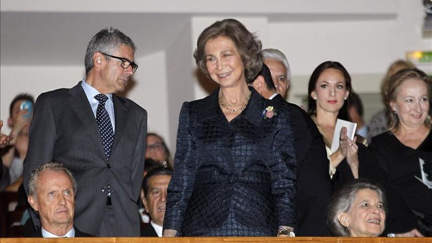 La reina de España inaugura una serie de fotografías de Mario Testino