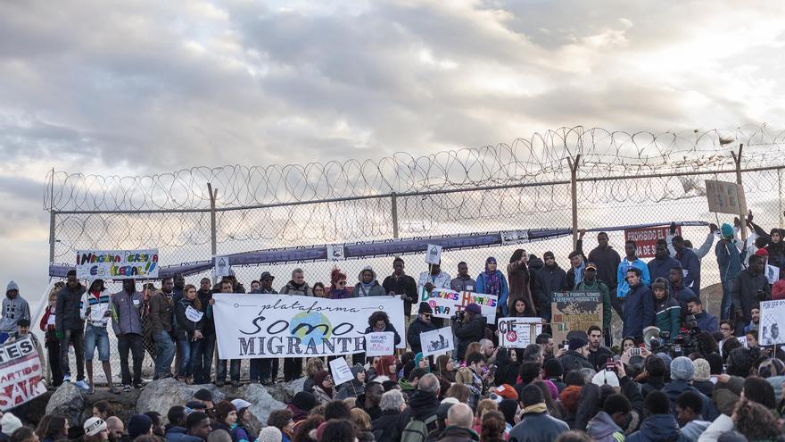 La manifestacion de Ceuta en recuerdo de las victimas de El Tarajal, a su llegada a la zona más cercana al espigón fronterizo de la playa de El Tarajal. / Imagen: Robert Bonet