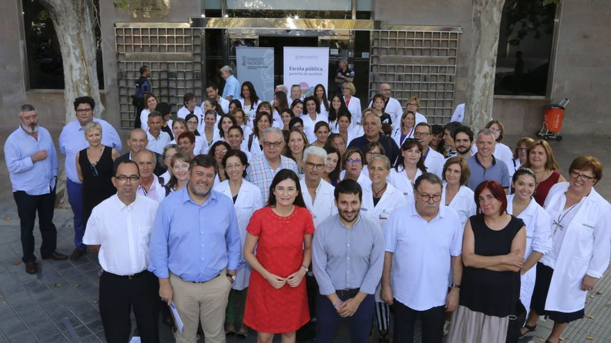 La conselleria de Sanidad, Carmen Montón, junto al conseller de Eduación (derecha), Vicent Marzà