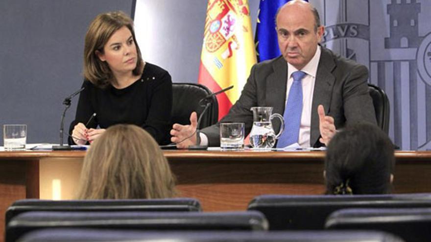 Soraya Sáenz de Santamaría, este viernes, junto a Luis de Guindos. (EFE/Zipi)