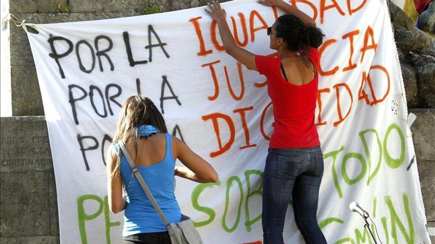 Manifestantes del 15M diseñan una pancarta