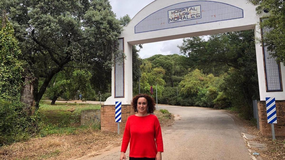 Ana Naranjo, ante la entrada al Hospital de Los Morales, en Córdoba.