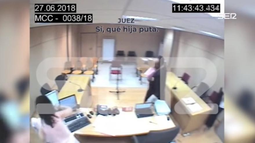 Imágenes del vídeo en el que un juez se burla de una víctima de violencia machista