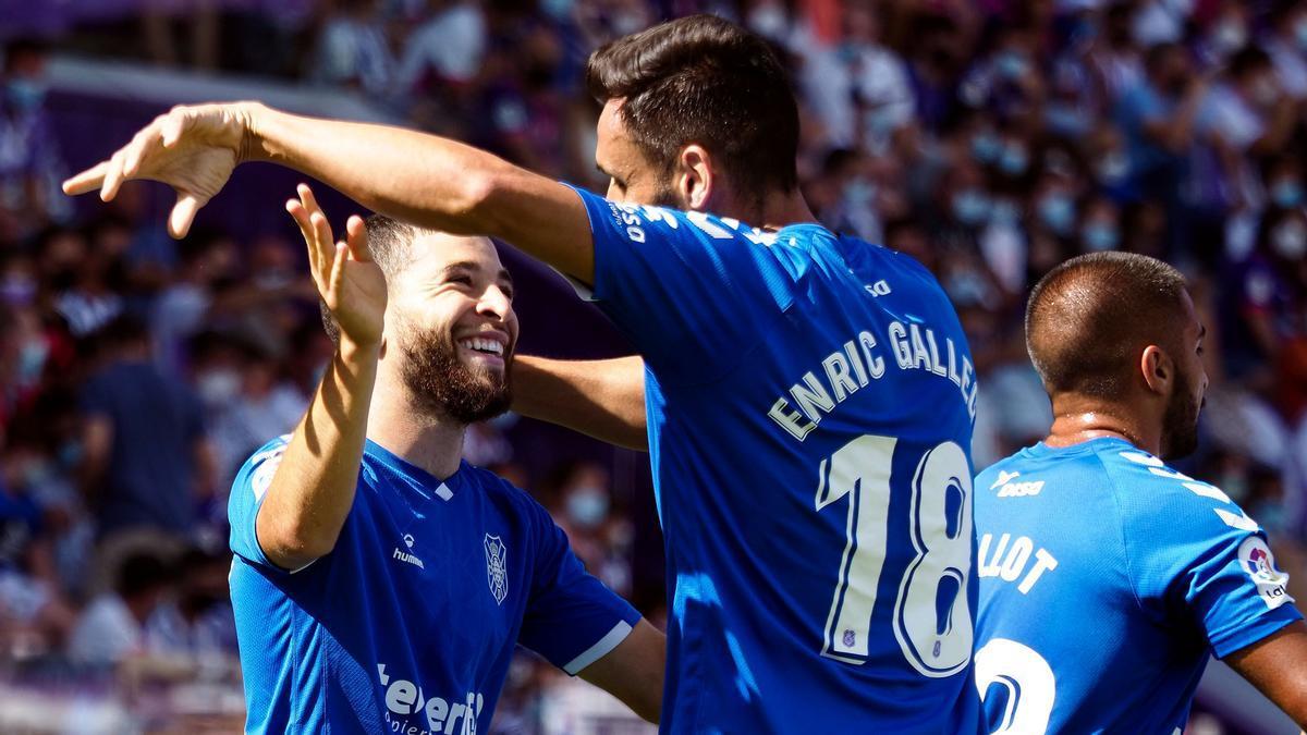 Shashoua celebra con Enric Gallego su gol al Valladolid
