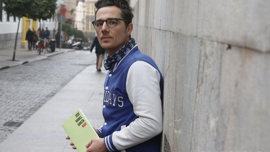 El poeta José Daniel García posa con su último libro, 'Noir' | ÁLEX GALLEGOS