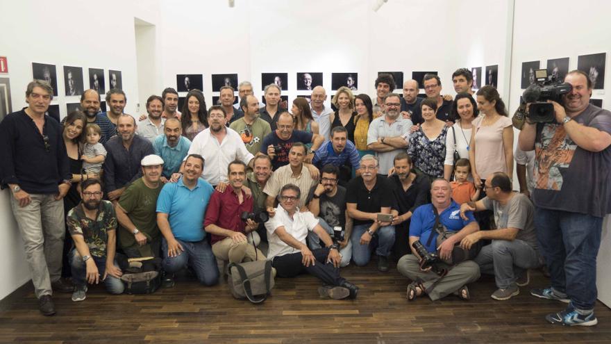 El grupo de fotógrafos retratado por Olmedo para reivindicar la profesión de fotoperiodista