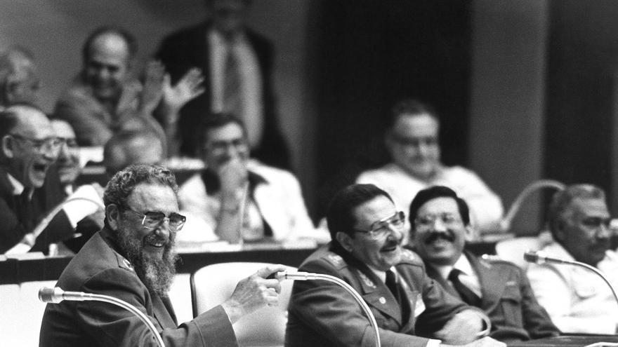 Fidel y Raúl Castro en el III Congreso del Partido Comunista de Cuba en 1986. Foto: EFE