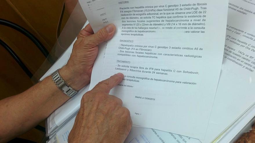 Alfonso enseña el informe emitido por su hepatóloga / L.G.