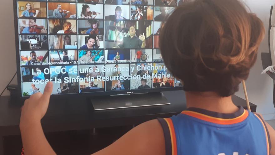 Alumno siguiendo vía telemática la interpretación de la Orquesta Sinfónica de Gran Canaria