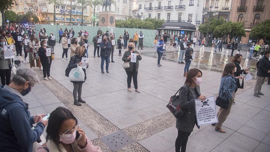 Los hosteleros se manifestarán este martes en Córdoba y acabarán dentro del Guadalquivir