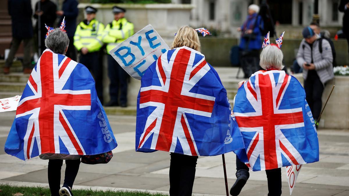 Un grupo de personas celebra la salida del Reino Unido de la UE el 31 de enero de 2020 en Londres