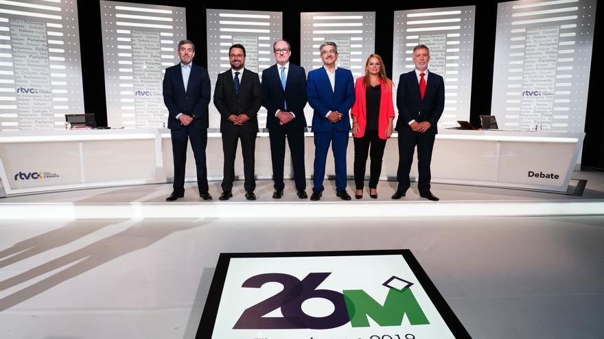 Los candidatos y candidata a la Presidencia de Canarias, junto al presidente de RTVC (en el centro).