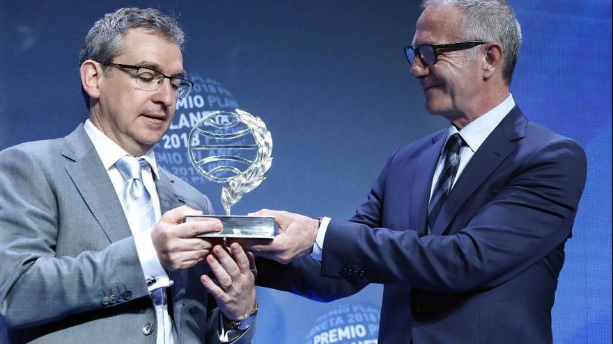 El ministro de Cultura José Guirao le entrega el premio Planeta a Santiago Posteguillo