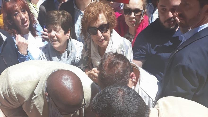Sánchez firma autógrafos y se hace selfies con los ciudadanos durante su visita a San Sebastián