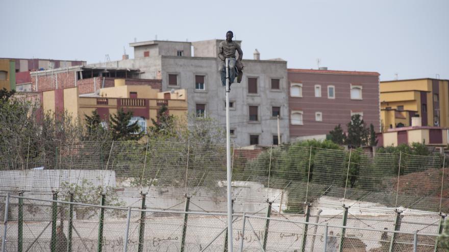 Un inmigrante permanece encaramado a una farola en suelo español durante 4 horas por miedo a ser expulsado a Marruecos/Jesús Blasco de Avellaneda
