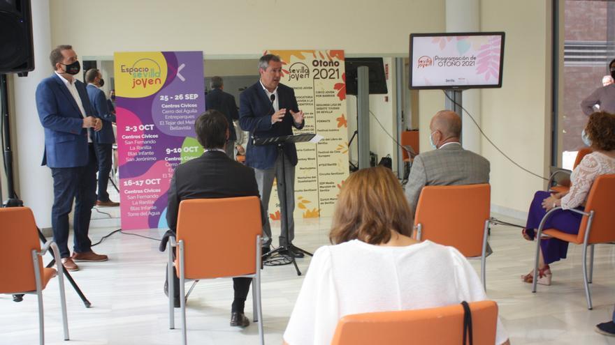 El alcalde, Juan Espadas, durante la presentación de la programación de Otoño Joven.