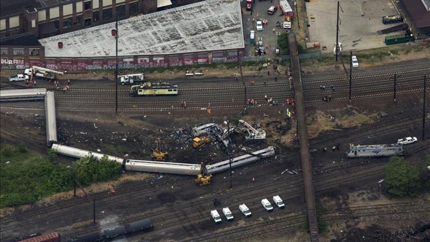 Encuentran a una octava víctima mortal del accidente de tren de Filadelfia