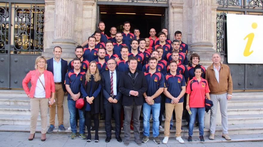 El alcalde, José Manuel Cruz Viadero, y otras autoridades, junto a los jugadores de la selección española de Rugby.