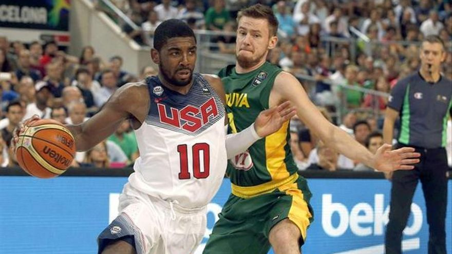El estadounidense Irving protege el balón ante el lituano Vasiliauskas. Efe.