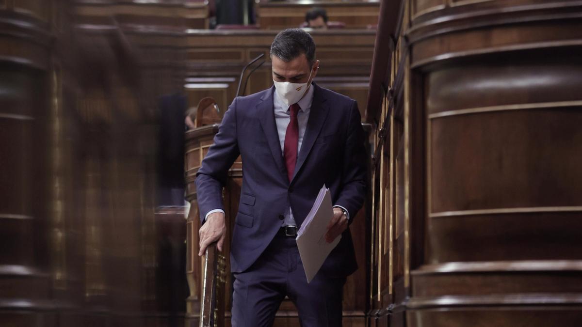 El presidente del Gobierno, Pedro Sánchez, bajando de la tribuna del Congreso en una imagen de archivo.