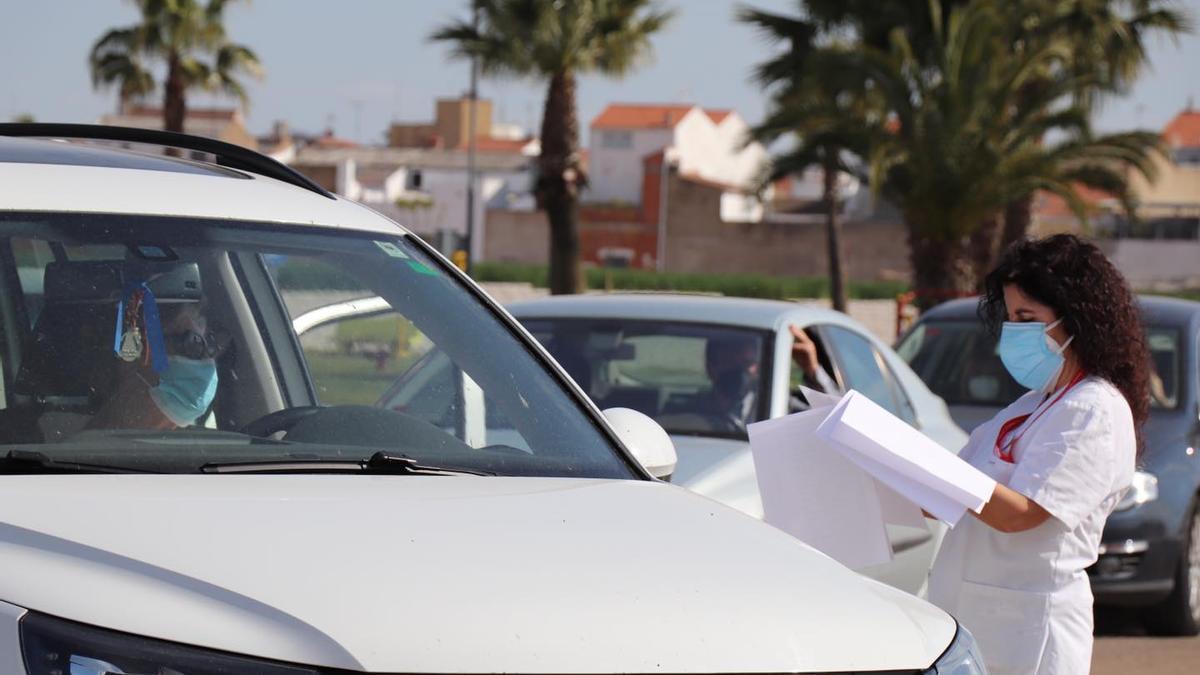 Una sanitaria comprueba el listado de vacunación en Villanueva de la Serena (Badajoz)