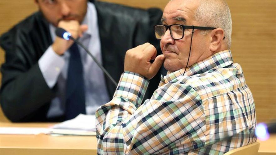 El hombre que mató de una puñalada a un conocido suyo en marzo de 2016 en la calle Ferreras de Las Palmas de Gran Canaria, Fermín G.A, durante la primera sesión del juicio. EFE/Elvira Urquijo A.