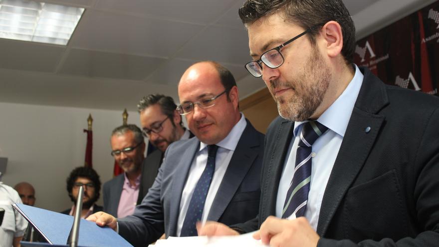 Pedro Antonio Sánchez (PP) y Miguel Sánchez (C's) firman su acuerdo para apoyar la investidura del popular como presidente de la Región de Murcia / PSS