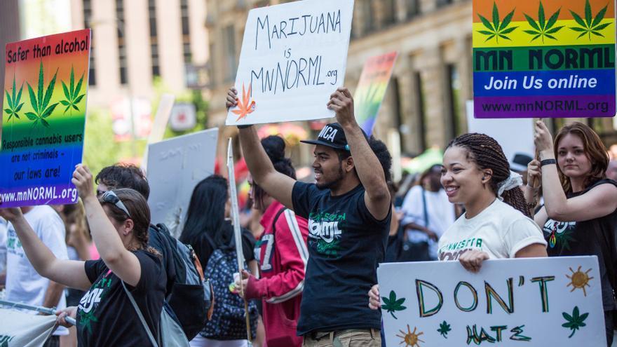 Manifestantes piden legalizar el uso de la marihuana en EEUU.