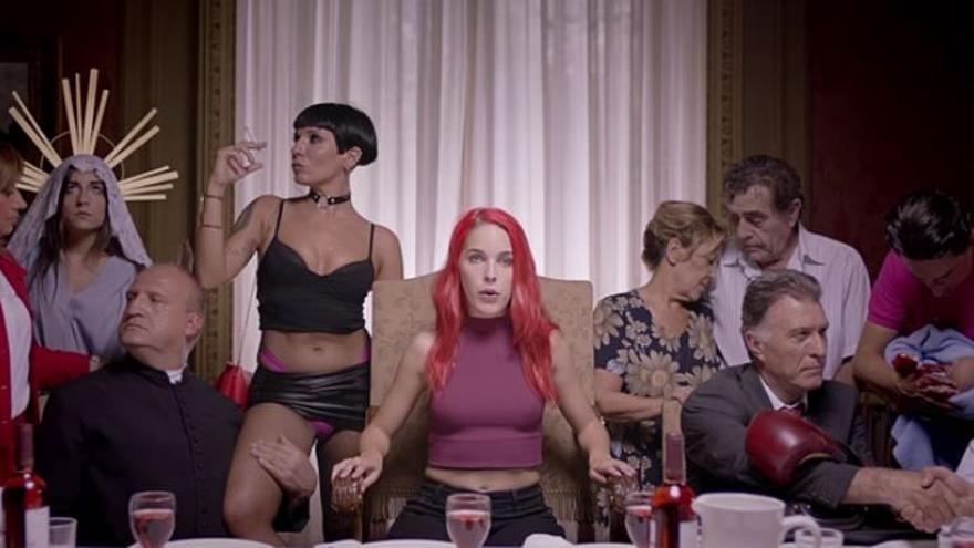 Fotograma del anuncio del Salón Erótico de Barcelona en el que participa Amarna Miller, en el centro.