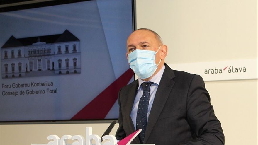 El diputado general de Álava, Ramiro González, en rueda de prensa celebrada en Vitoria