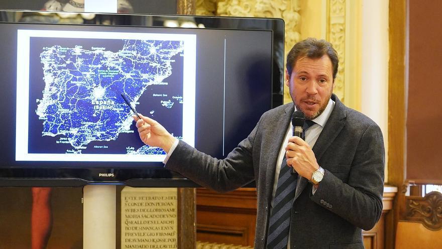Puente enseña la localización de la variante de Olmedo.