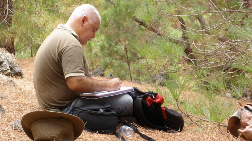 El arqueólogo Jorge Pais realizando tareas de campo.
