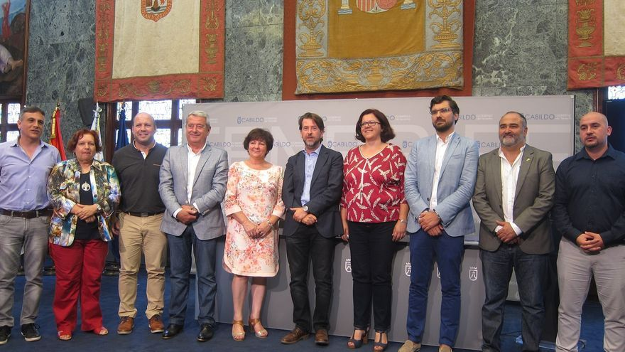 Foto de familia tras presentarse el convenio firmado por 12 ayuntamientos tinerfeños y el Cabildo