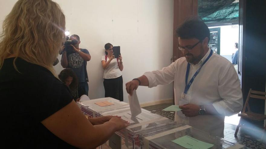 Asier Antona, número uno al Parlamento por el PP, votó en la Uned.