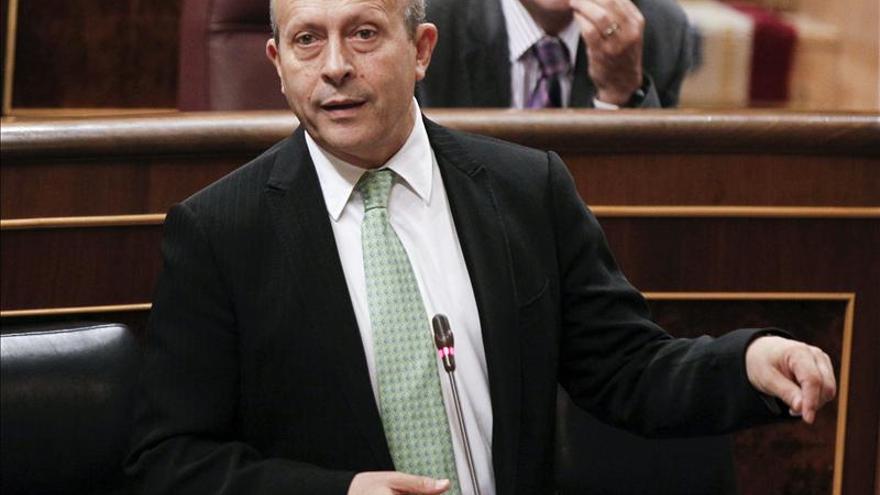 """El ministro de Educación acusa al PSOE de """"construir una historia fantaseada"""" de la educación"""