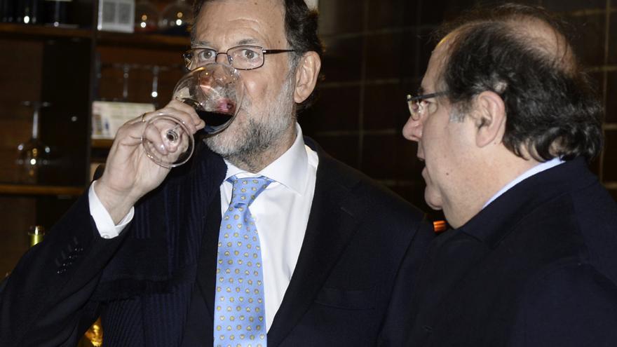El presidente del Gobierno, Mariano Rajoy (i), y el presidente de la Junta de Castilla y León, Juan Vicente Herrera, toman un vino al término de un reunión de la Junta Directiva del PP de Castilla y León en enero de 2016