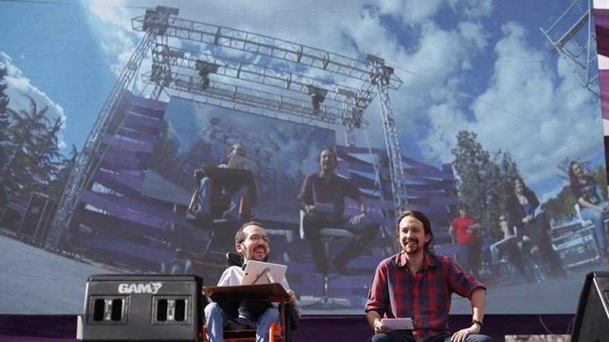 El líder de Podemos, Pablo Iglesias (d), y el secretario de Organización, Pablo Echenique, durante su intervención en la clausura de la Fiesta de la Primavera, un encuentro de círculos de toda España, con actuaciones y actividades para toda la familia, abierto a la ciudadanía, en el parque Tierno Galván de Madrid.