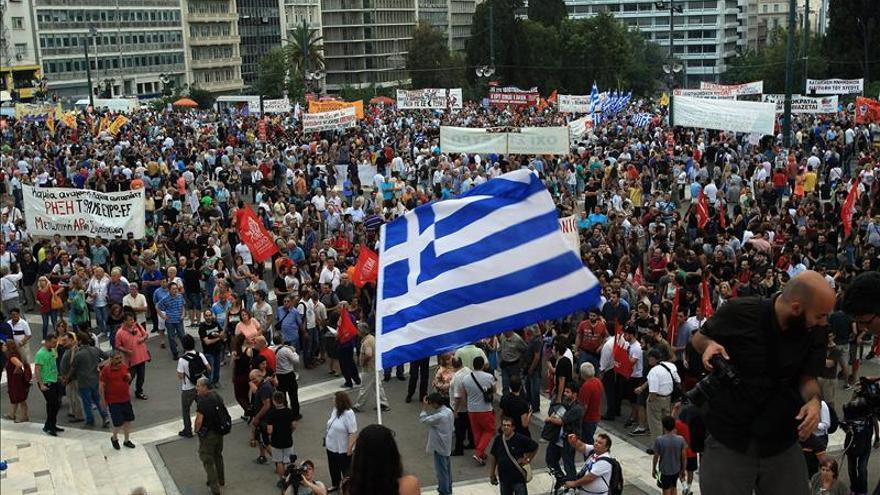 Miles de griegos apoyan al Gobierno y protestan contra la austeridad