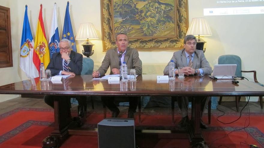 De izquierda a derecha: Antonio Márquez Fernández, Raúl Camacho Sosa y Juan Ruiz Alzola, este martes, en La presentación de la jornada denominada 'Iniciativa clustars para el refuerzo de la competitividad de las empresas de astroturismo en La Palma'.