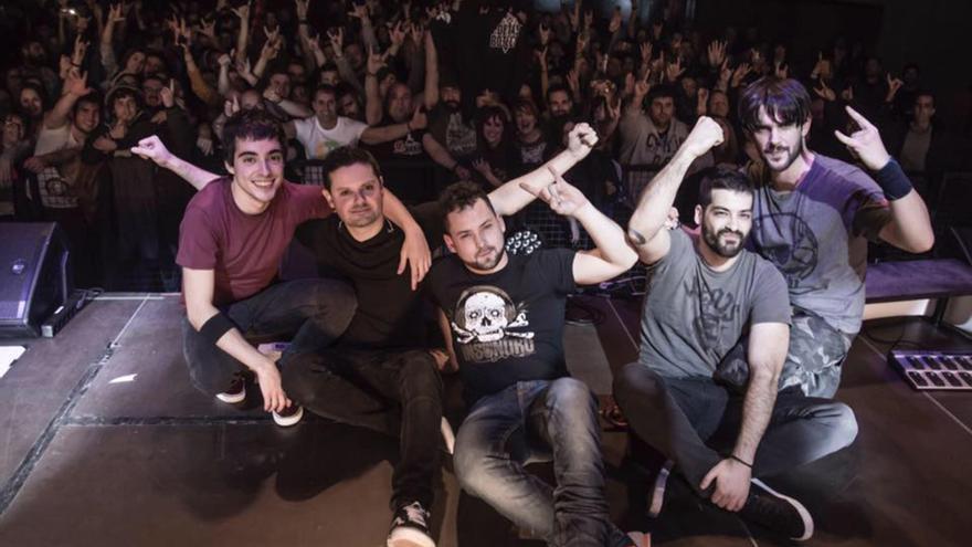 El grupo 'Poetas de Botella' posa tras el concierto décimo aniversario en Escenario Santander.
