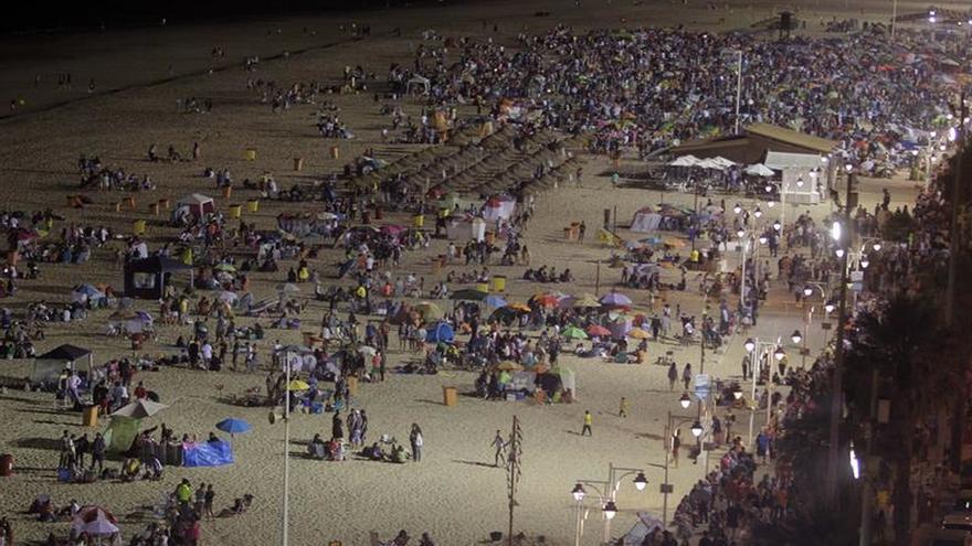El Ayuntamiento de Cádiz quiere suprimir la fiesta de las barbacoas en la playa