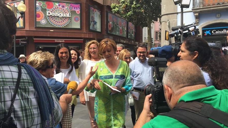 María Dolores Cospedal, en la calle Triana de Las Palmas de Gran Canaria. (EP)