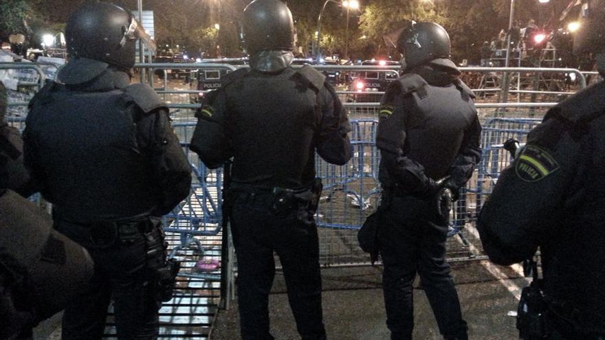 Policías en valla de protección 25S