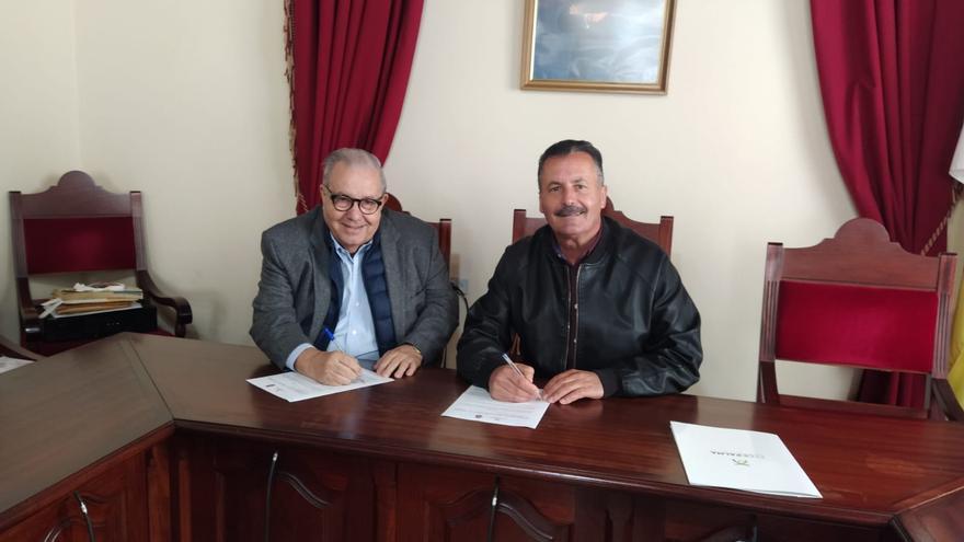 Tomás Barreto, presidente de Fedepalma, y Vicente Rodríguez, alcalde de Puntagorda, en el acto de firma del convenio de colaboración.