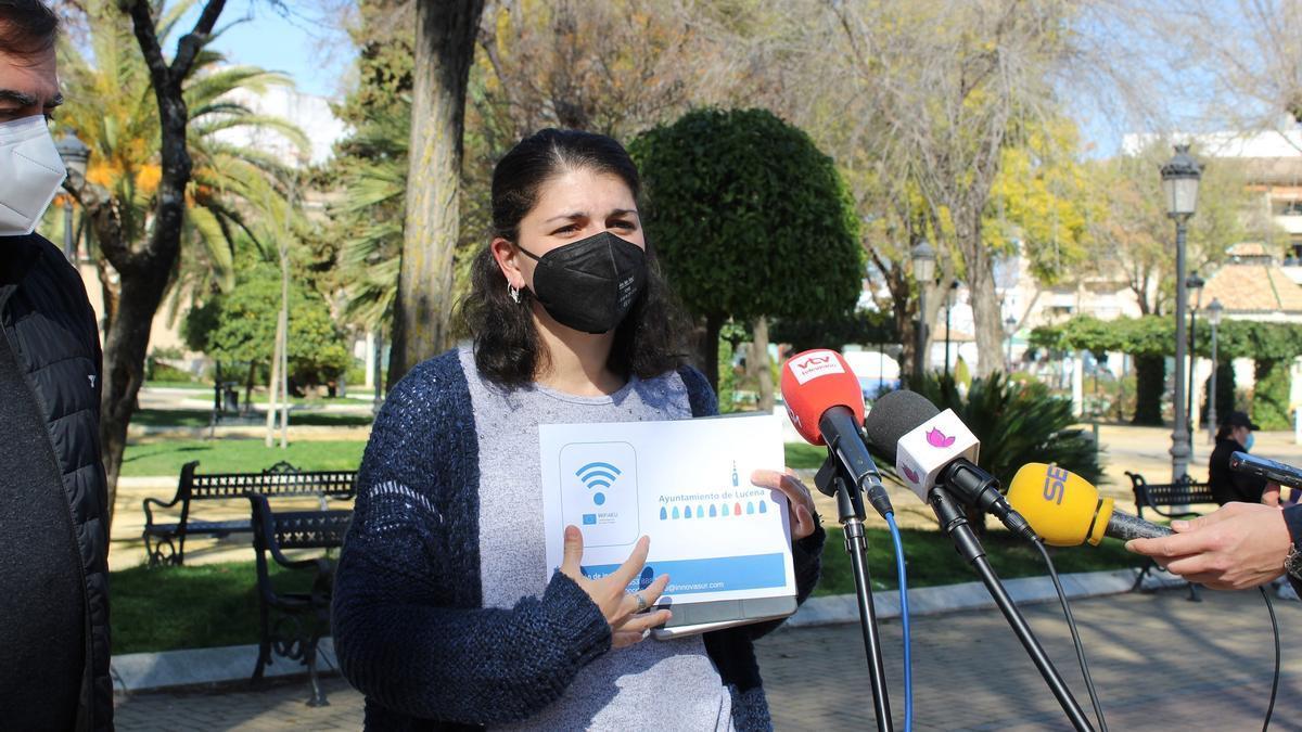 Mamen Beato informa de la nueva red wifi en el Paseo de Rojas
