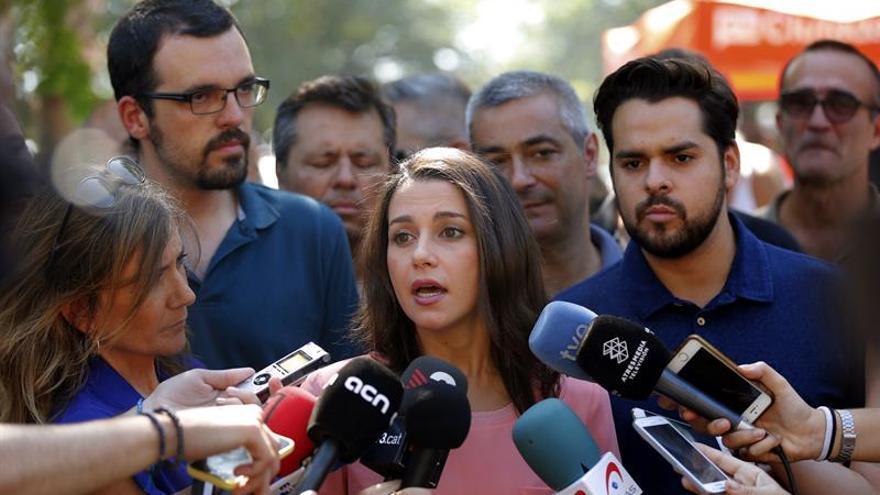"""Arrimadas acusa a Puigdemont de """"alimentar la confrontación"""" con el Gobierno"""