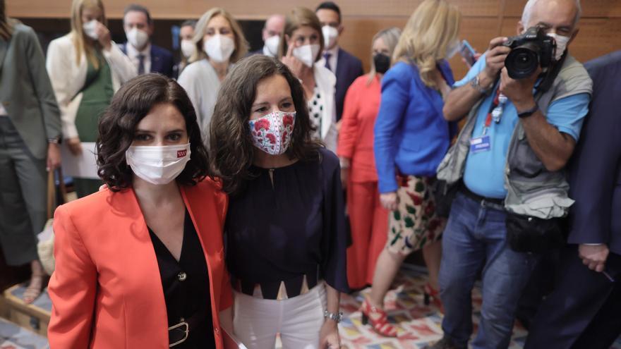 La presidenta en funciones de la Comunidad de Madrid, Isabel Díaz Ayuso (i) y la nueva presidenta de la Asamblea de Madrid, Eugenia Carballedo (d), a su salida del acto de constitución de la Asamblea de Madrid de la XII Legislatura, a 8 de junio de 2021,
