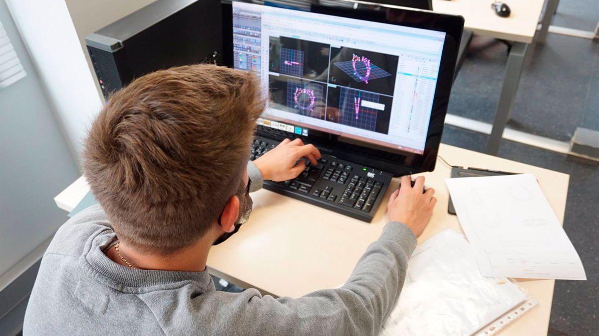 Un alumno trabaja sobre diseños en la Escuela de Joyería.